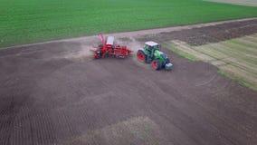 有移动被犁的土地的拖车播种机的农业拖拉机 播种机器 股票视频