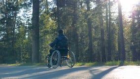 有移动训练轮椅的一个完全挑战人的森林胡同 股票录像