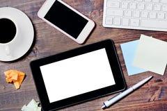 有稠粘的便条纸和咖啡的数字计算机在一张木办公室桌上 免版税库存图片