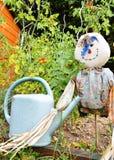 有稻草人的一个菜园 免版税库存照片