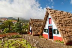 有稻草屋顶的传统历史的盖的房子在马德拉岛海岛,桑塔纳,葡萄牙上 免版税库存图片