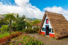 有稻草屋顶的历史盖的房子在马德拉岛海岛,桑塔纳,葡萄牙上 库存图片