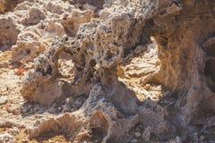 有穴的纹理凝灰岩石头 小曲拱 库存照片