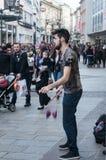有空中陀螺的变戏法者在街道 免版税库存图片