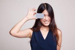 有空插件的年轻亚裔妇女在她的眼睛 库存照片