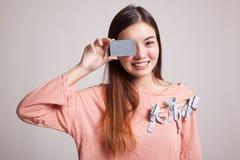 有空插件的年轻亚裔妇女在她的眼睛 免版税库存照片