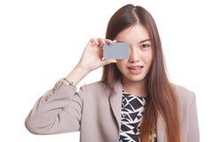 有空插件的年轻亚裔妇女在她的眼睛 库存图片