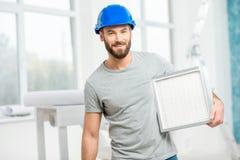 有空气过滤器的工作者 免版税库存照片
