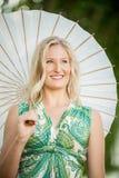 有空白伞的白肤金发的妇女 免版税库存图片