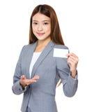 有空白的名片的亚裔女商人 图库摄影