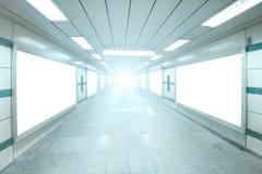 有空白的广告牌广告墙壁的明亮的地下过道 免版税库存照片
