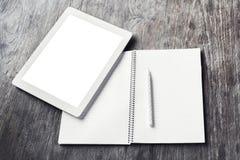 有空白的日志和铅笔的空白的数字式片剂在一个木选项 免版税库存图片