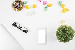 有空白的智能手机的办公室桌面 库存照片