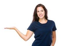 有空白的标志的白种人妇女手 免版税库存图片