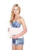 有空白的横幅的美丽的白肤金发的少妇。 库存照片