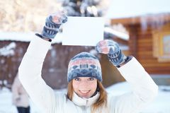 有空白的横幅的年轻美丽的妇女。冬天。 免版税库存照片