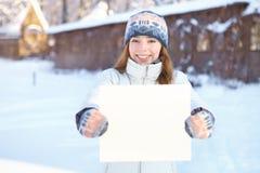 有空白的横幅的年轻美丽的妇女。冬天。 库存照片