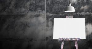 有空白的油画帆布的木画架在未加工的具体roo 图库摄影