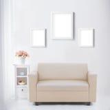 有空白的海报或照片框架的客厅 免版税图库摄影