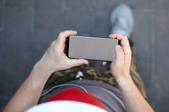 有空白的男性手举行智能手机 免版税图库摄影