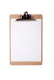 有空白的白皮书的布朗剪贴板在被隔绝的背景 库存图片