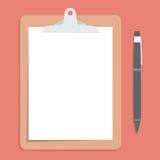 有空白的白皮书的布朗剪贴板 当笔被投入在旁边 库存图片