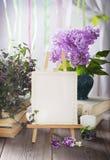 有空白的白色卡片的画架 在减速火箭的样式的婚礼邀请 库存照片