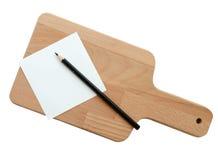 有空白的白色在白色背景隔绝的便条纸和铅笔的木砧板(裁减路线) 图库摄影