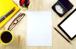 有空白的白色屏幕和杯子的白纸和片剂个人计算机  免版税库存照片