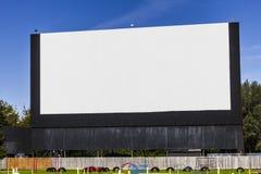 有空白的白色屏幕的旧时免下车服务电影院拷贝空间或广告的我 免版税库存图片