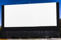 有空白的白色屏幕的旧时免下车服务电影院拷贝空间或广告的II 库存图片