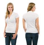 有空白的白色球衣的年轻白肤金发的妇女 免版税库存图片