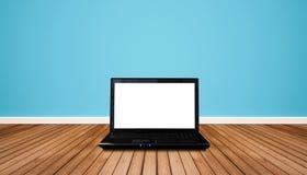 有空白的空的白色屏幕的计算机膝上型计算机,在与蓝色墙壁的木地板上 在屏幕上的裁减路线 免版税库存照片