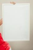 有空白的空的白色横幅的人 登广告者做广告 库存照片