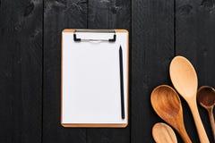 有空白的纸板剪贴板的木匙子菜单的 库存照片