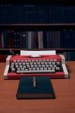 有空白的纸片的打字机与许多书的在backgrou 免版税图库摄影