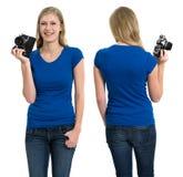 有空白的蓝色衬衣和照相机的女性 库存图片