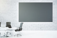 有空白的黑板、桌和椅子的会议室 免版税库存照片