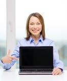 有空白的黑膝上型计算机屏幕的女实业家 库存图片