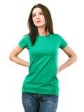 有空白的绿色衬衣的妇女 库存图片