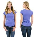有空白的紫色衬衣的白肤金发的妇女 免版税图库摄影