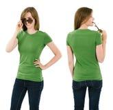 有空白的绿色衬衣的年轻深色的妇女 图库摄影