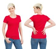 有空白红色衬衣的逗人喜爱的女性 免版税库存照片