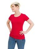 有空白红色衬衣的逗人喜爱的愉快的女性 免版税库存图片