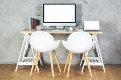 有空的个人计算机和膝上型计算机的当代办公室 库存图片