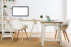 有空的个人计算机和膝上型计算机的新的办公室 库存照片