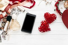 有空的屏幕的巧妙的电话和豪华首饰充满香气构成 库存图片