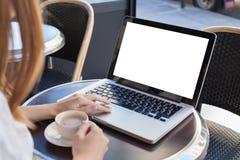 有空的屏幕的膝上型计算机在咖啡馆 库存照片
