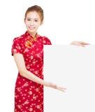 有空的广告牌的美丽的年轻亚裔妇女 免版税库存照片