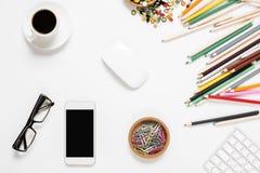 有空的手机的杂乱办公桌 免版税库存照片